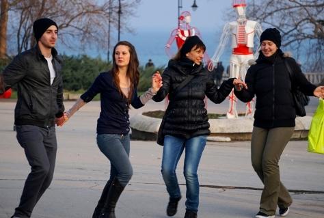 """Вчера у входа в Морску Градину прошла акция """"Хоро на мегдана"""". Народу  станцевать хоро пришло много, а ещё больше посмотреть. Теперь энтузиасты этого национального танца будут собираться на том же месте каждое воскресенье в 17 часов. более подробно тут - http://www.moreto.net/novini.php?n=282987"""