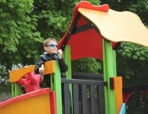 Мальчик с игрушечным пистолетом в шутку расстреливал выступающих с башни детской площадки